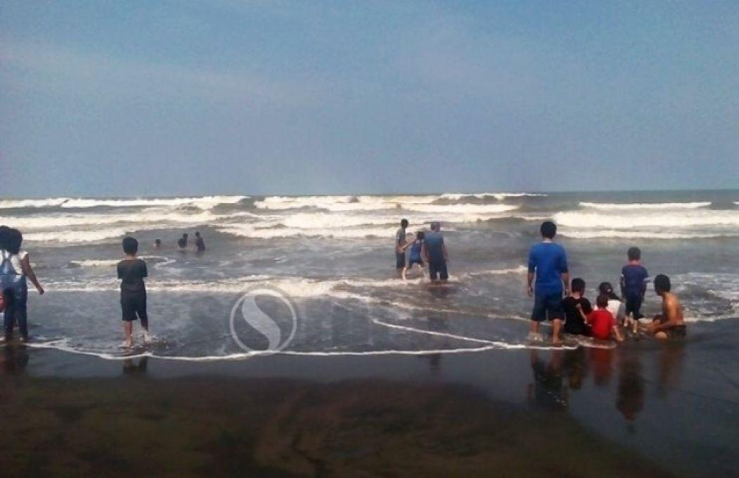 Sorotpurworejo Media Berita Online Purworejo Gelombang Tinggi Wisatawan Nekat Mandi