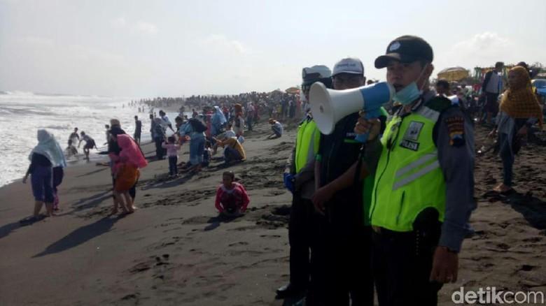 Puluhan Wisatawan Tersengat Ubur Pantai Purworejo Pasir Puncu Kab
