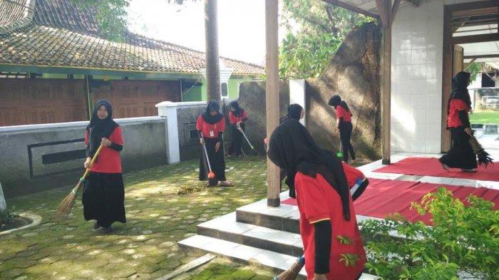 Karyawan Alfamart Ziarahi Bersihkan Makam Ra Kartini Rembang Raden Ajeng
