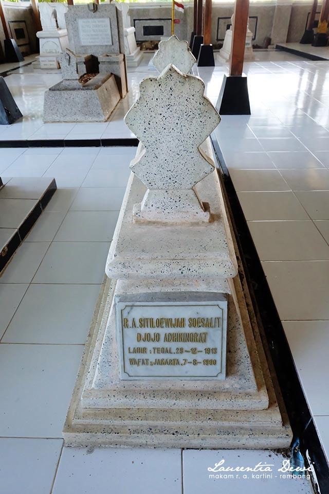 Makam Pahlawan Nasional Kartini Djojo Adhiningrat Rembang Didepan Makamnya Sitiloewijah