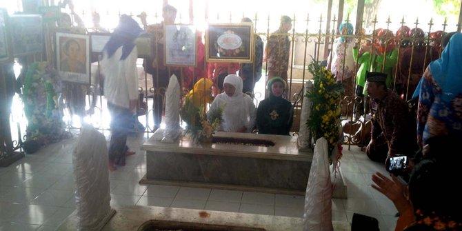 Mensos Khofifah Menangis Pimpin Doa Makam Ra Kartini Ziarah 2017