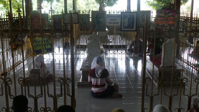 Tuti Rayakan Ultah Anak Pusara Kartini Tribun Jateng Makam Raden