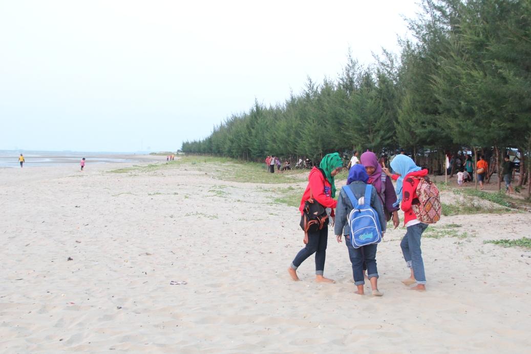 Pantai Radio Citra Bahari Fm Rembang Wisatawan Lokal Menikmati Indahnya
