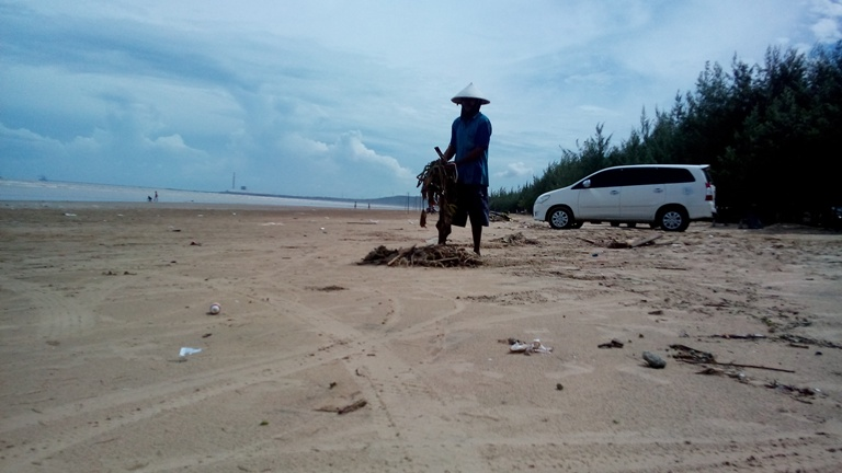 Baratan Pantai Caruban Dipenuhi Sampah Kiriman Berita Rembang Salah Warga