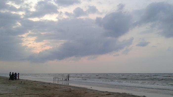 Duduk Antara Pasir Putih Senja Pantai Caruban Tribunnews Lasem Kab