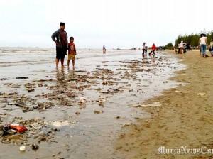 Musim Baratan Sampah Kiriman Penuhi Bibir Pantai Karang Jahe Cari