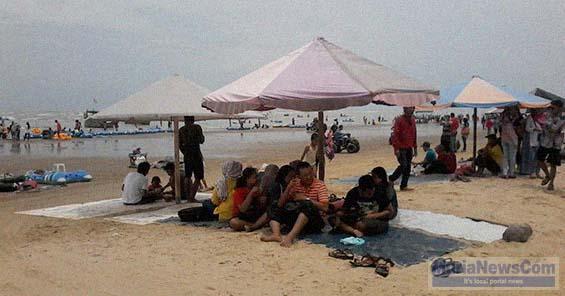 Pantai Karang Jahe Rembang Dipenuhi Wisatawan Murianewscom Tampak Menikmati Keindahan