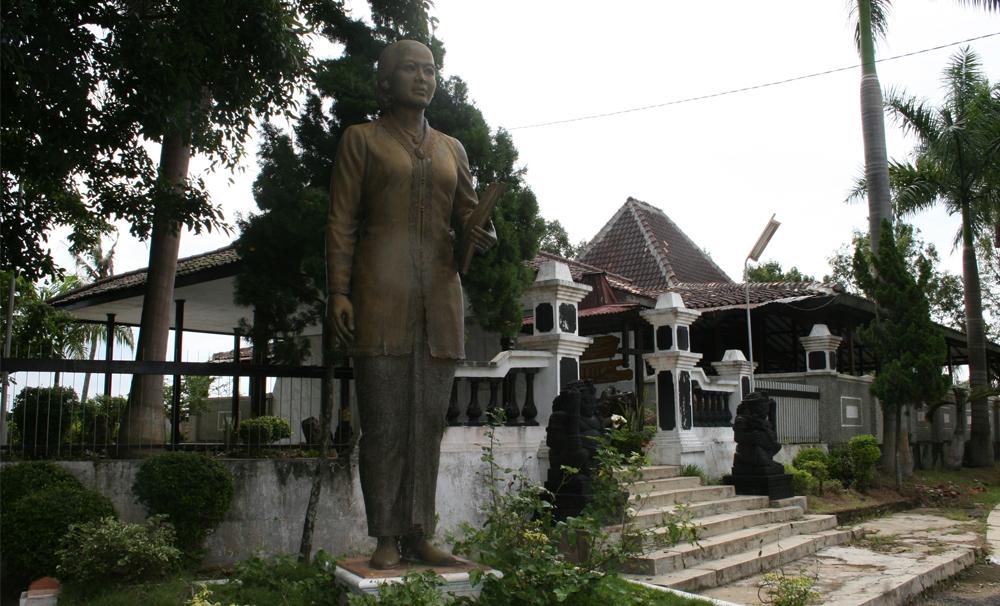 12 Tempat Wisata Kabupaten Rembang Layak Dikunjungi Makam Raden Adjeng