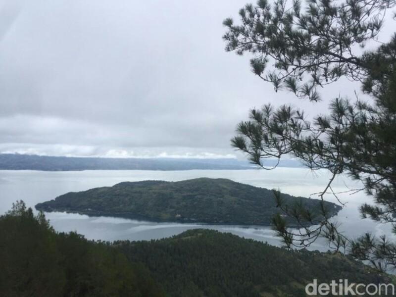 Foto Taman Sipinsur Berlatar Danau Toba Kab Samosir