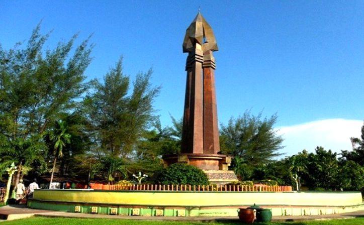 Berwisata Ikon Kebanggaan Madura Monumen Sampang Front Hotel Trunojoyo Kab