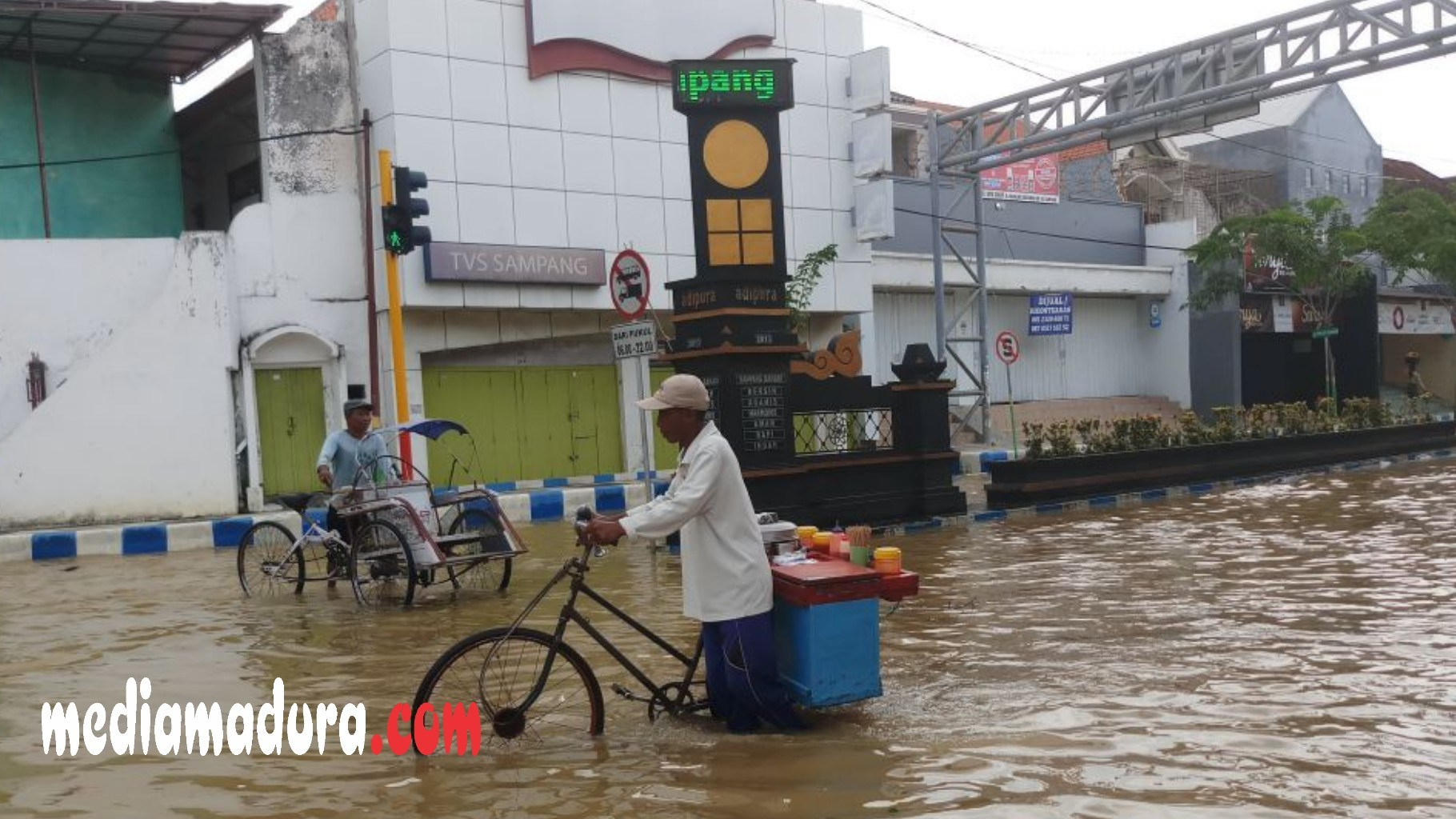 Kota Sampang Kembali Dilanda Banjir Media Madura Warga Melintas Genangan