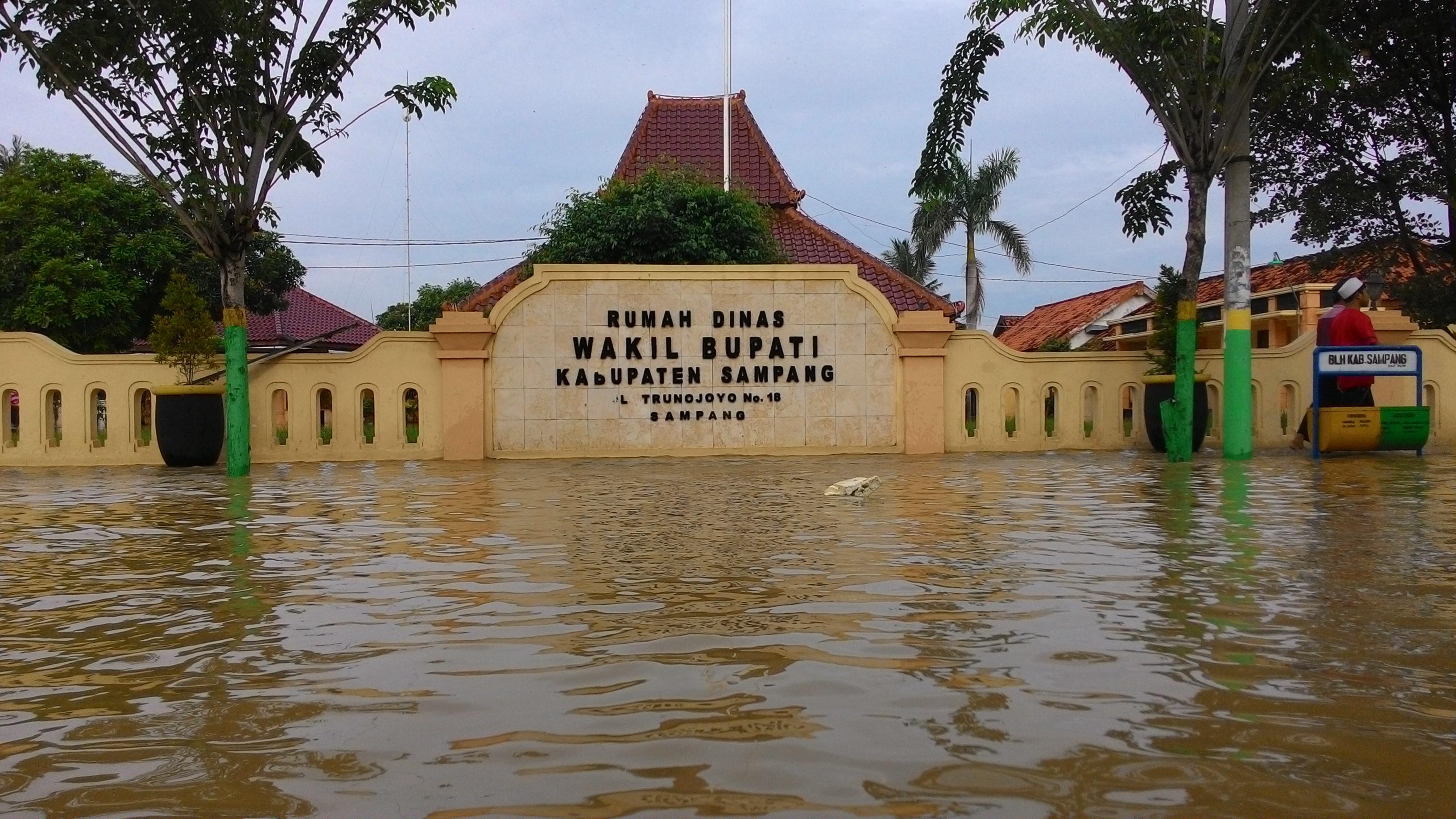 Kota Sampang Lumpuh Akibat Banjir Bandang Www Liputan1 Monumen Trunojoyo