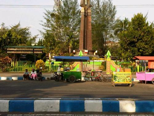 Monumen Trunojoyo Jadi Pusat Ngabuburit Warga Sampang Beritajatim Kab