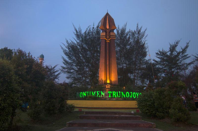 Nyare Malem Tradisi Ngabuburit Ala Madura Kumparan Tapi Monumen Trunojoyo