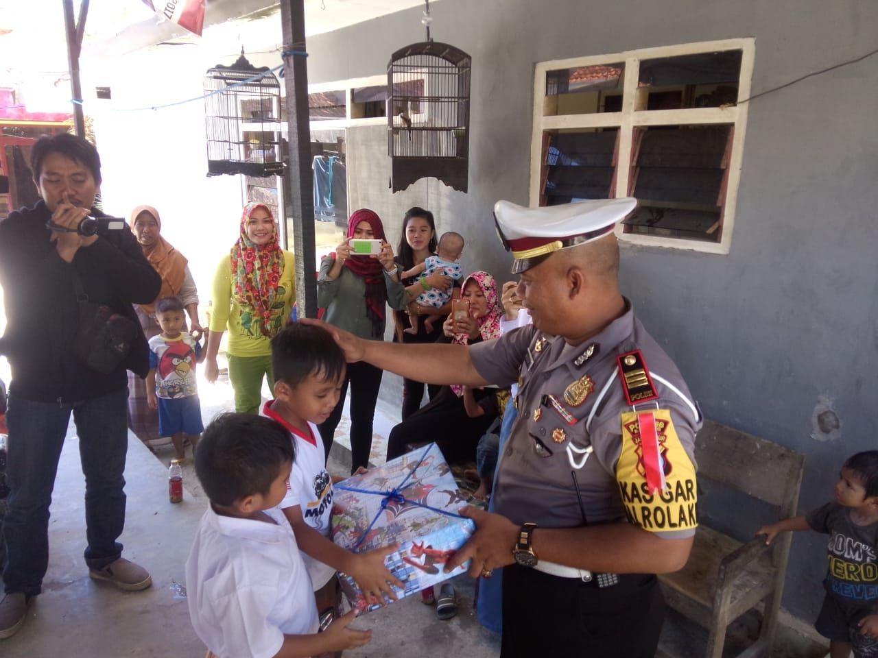 Polisi Beri Hadiah Mobil Mainan Patwal Bocah Tk Bermotor Kasat