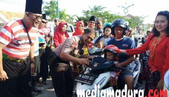 Polisi Beri Hadiah Mobil Mainan Patwal Bocah Tk Bermotor Peringati