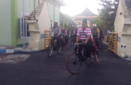 Polres Sampang Gowes Keliling Kota Rangka Peringati Hari Kapolres Akbp