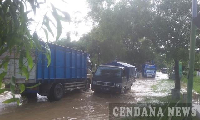 Ketinggian Air Tinggal 40 Persen Akses Jalan Kota Sampang Mulai