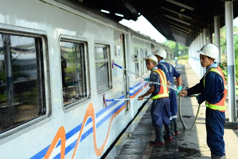 Tiket Kereta Api Bandung Jakarta Tersedia Republika Sejumlah Petugas Membersihkan