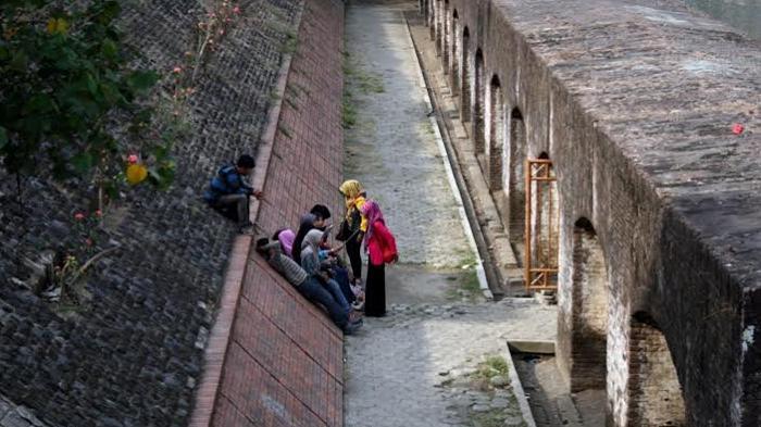 Angker Penjara Benteng Pendem Tembok Tebalnya Dua Wisatawan Melepas Lelah
