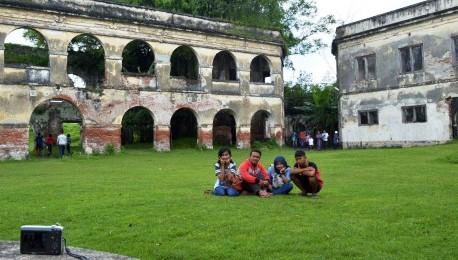 Wisata Ngawi Pengunjung Padati Benteng Pendem Madiun Wisatawan Menyambangi Van