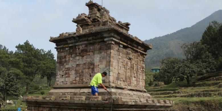 Candi Gedongsongo Obyek Wisata Andalan Semarang Kompas Pekerja Tengah Membersihkan