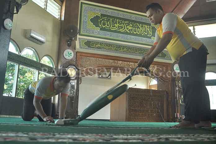 Puasa Puluhan Polisi Gelar Aksi Bersih Masjid Radarsemarang Anggota Polres