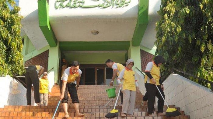 Sambut Hut Bhayangkara Jajaran Polres Semarang Bersih Masjid Tribun Jateng