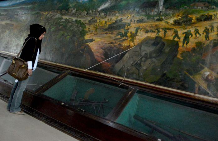 Monumen Palagan Ambarawa Antara Foto Wisatawan Domestik Mengamati Lukisan Mengisahkan