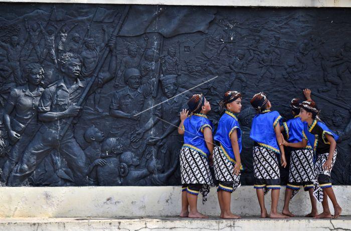 Wisata Edukasi Palagan Ambarawa Antara Foto Mengamati Relief Menggambarkan Pertempuran
