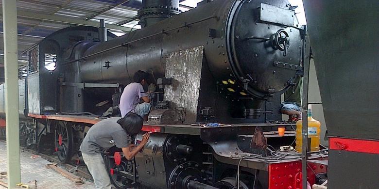 21 Lokomotif Kuno Stasiun Ambarawa Direhabilitasi Kompas Pekerja Tengah Mengecat