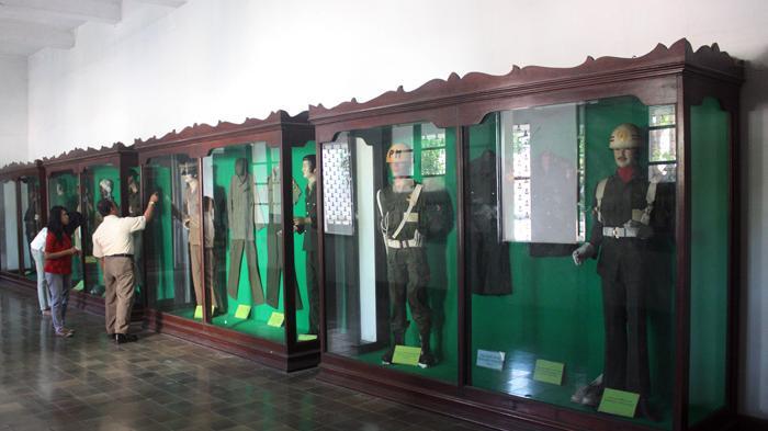 Melihat Jejak Perjuangan Indonesia Museum Mandala Bhakti Semarang Pengunjung Seragam