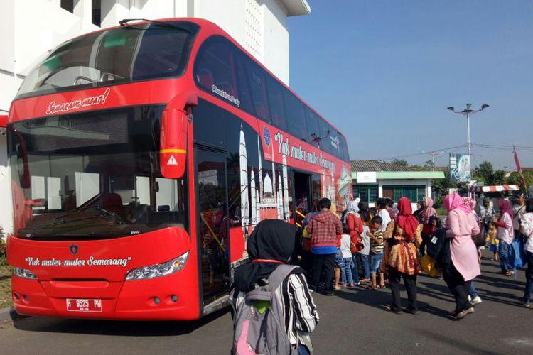 Tertarik Wisata Keliling Semarang Bus Tingkat Caranya Wisatawan Mulai Menaiki