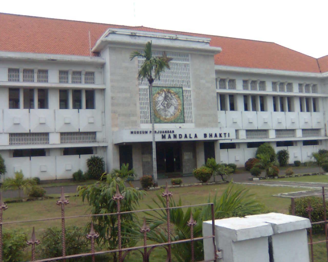 Wahanawisata June 2017 Museum Tersebut Berhadapan Langsung Monumen Tugu Muda