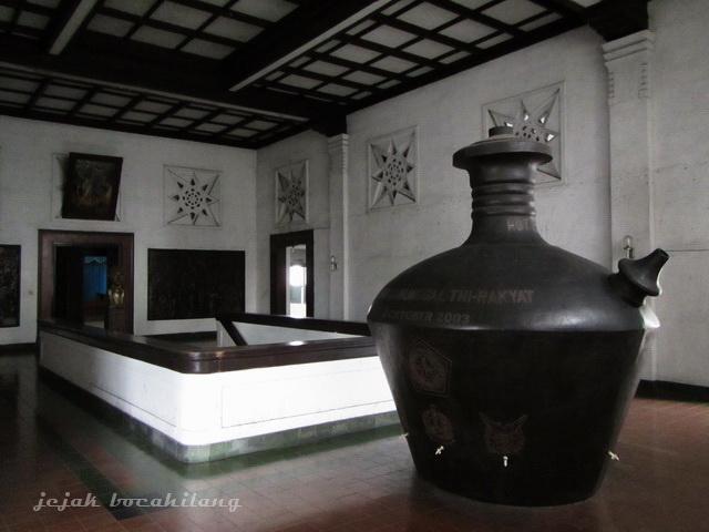 Wisata Sejarah Museum Mandala Bhakti Kota Semarang Jawa Kendi Raksasa