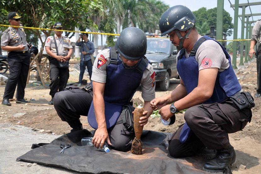 Bungkusan Diduga Bom Diledakkan Tim Gegana Polri Republika Online Petugas