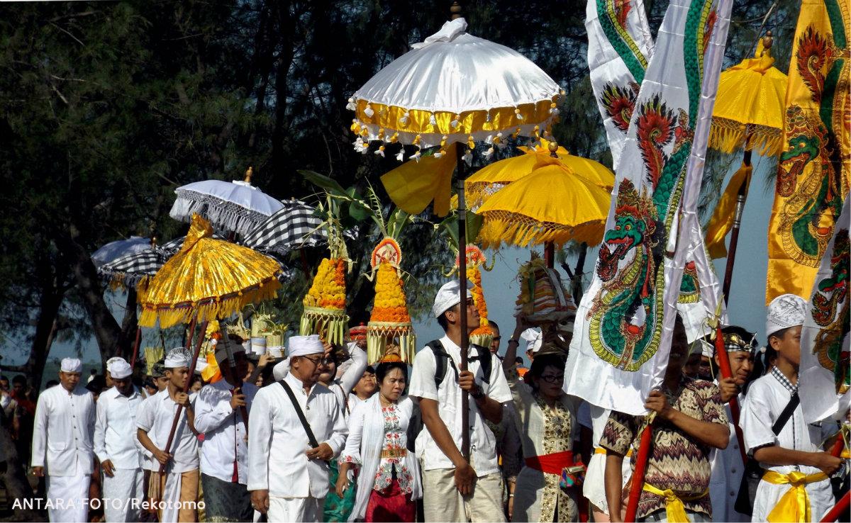 Hujan Deras Tak Halangi Umat Hindu Gelar Upacara Melasti Garuda