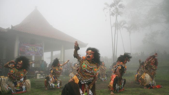 Asyiknya Keliling Candi Gedongsongo Semarang Sembari Menunggang Kuda Persembahan Reog