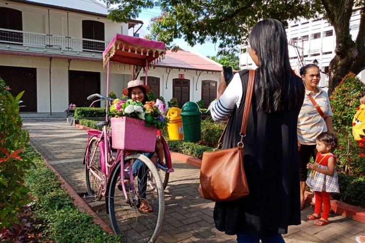 Berfoto Ala Noni Belanda Taman Srigunting Kota Semarang Wisatawan Bergaya
