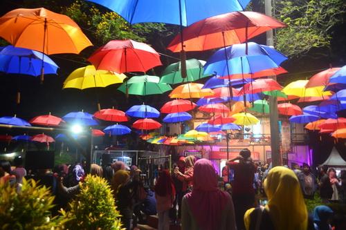 Ratusan Payung Hiasi Taman Srigunting Rijsttafest Semarang Warna Warni Tampak