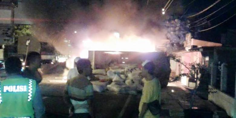 Truk Pupuk Alphard Terbakar Setelah Tabrakan Batas Kota Pengangkut Jl