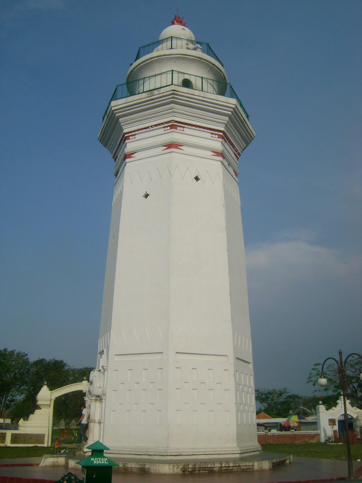 Masjid Agung Banten Kekunaan Depan Terdapat Menara Cukup Tinggi Menurut
