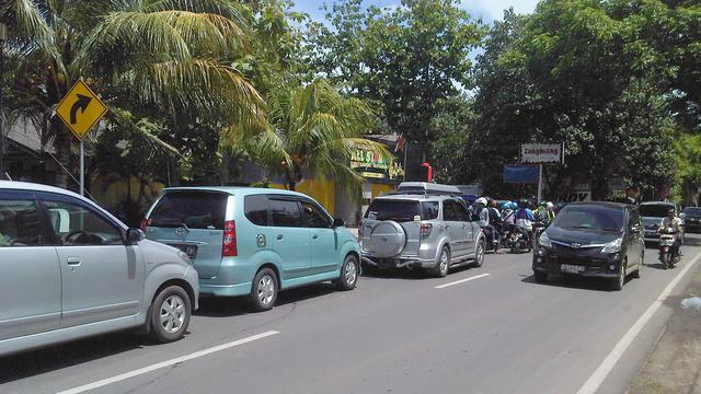 Macet Jalan Rusak Pantai Anyer Tetap Diserbu Liburan Antrean Kendaraan