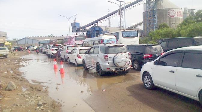 Macet Jalan Rusak Pantai Anyer Tetap Diserbu Liburan News Liputan6