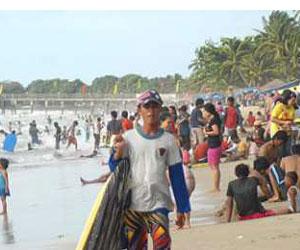 Pantai Anyer Dipadati Wisatawan Poskota News Pos Kota Libur Lebaran