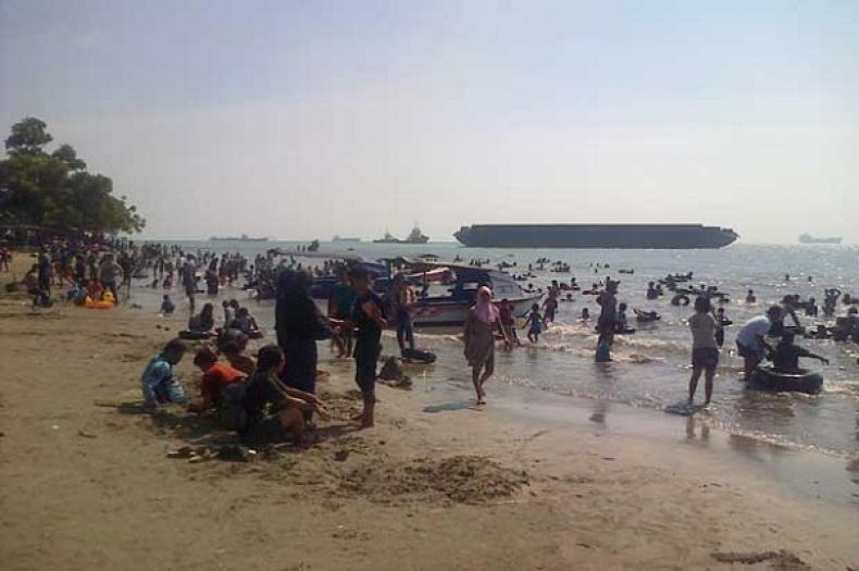 Wisatawan Padati Pantai Anyer Konfrontasi Kab Serang