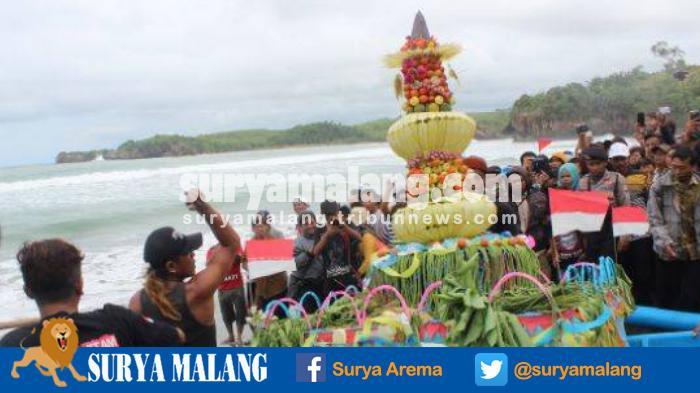 Rayakan 1 Suro Gelar Larung Sesaji Pantai Serang Kabupaten Blitar