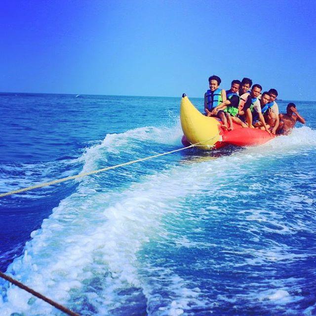 Kawasan Pantai Anyer Destinasi Populer Banten Foto Bermain Banana Boat