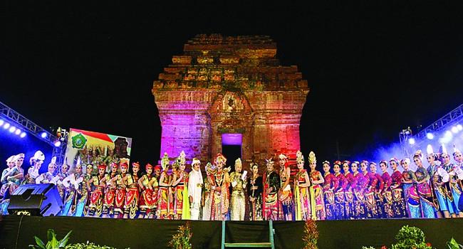 Dewi Sekardadu Warnai Festival Candi Pari 150 Pegiat Seni Melestarikan