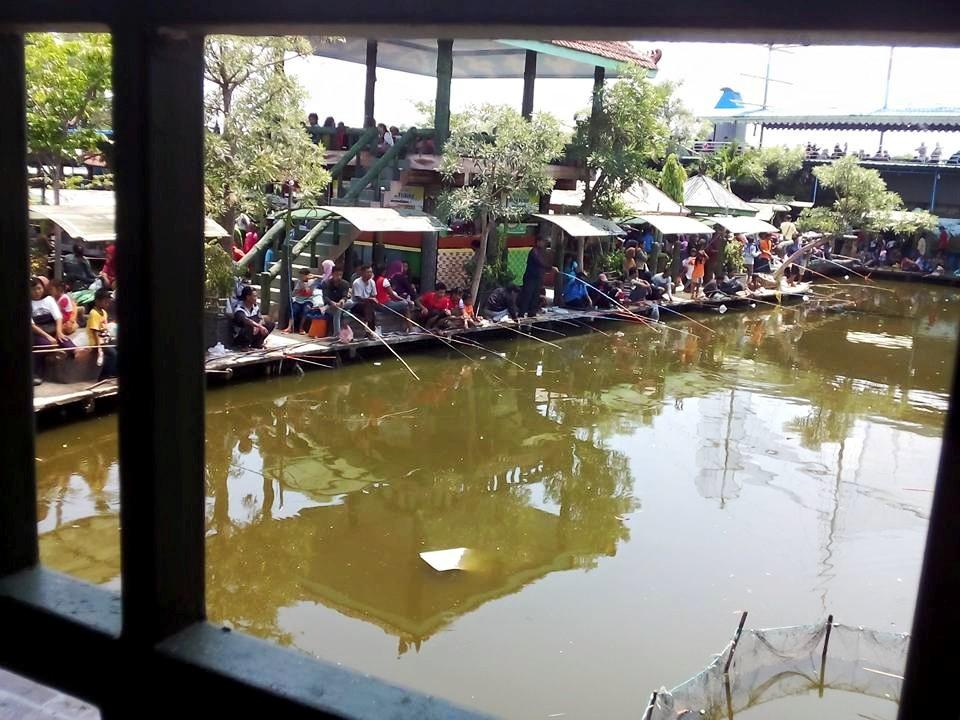 Delta Fishing Sidoarjo Haya Zone Pemandangan Kolam Pancing Penuh Pengunjung